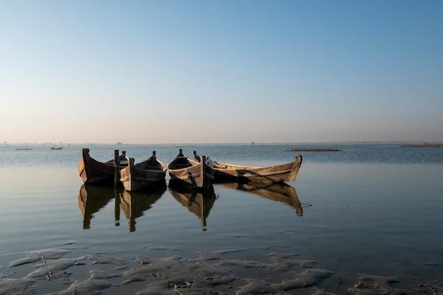 Лодка в озере сцены