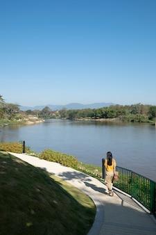 少女散歩側湖