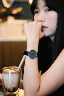 Черные часы на руке девушки