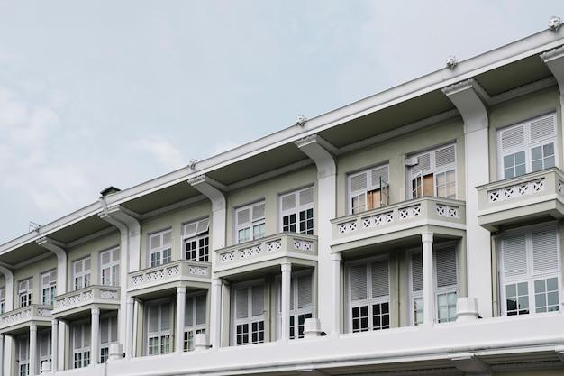 Здание в колониальном стиле