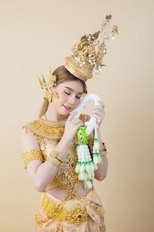 Женщина в типичном тайском платье