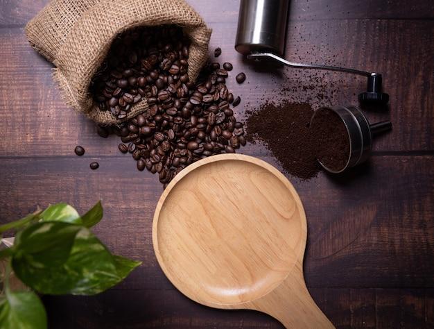 Кофе в зернах и молотый порошок.