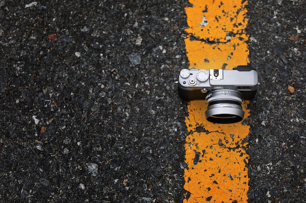 背景のボケ味を持つ道路上のカメラ