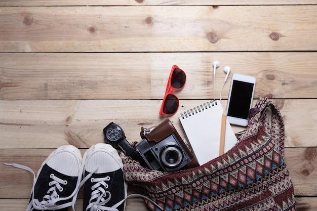 Вид сверху оборудования битник молодая леди или девушка на каникулах