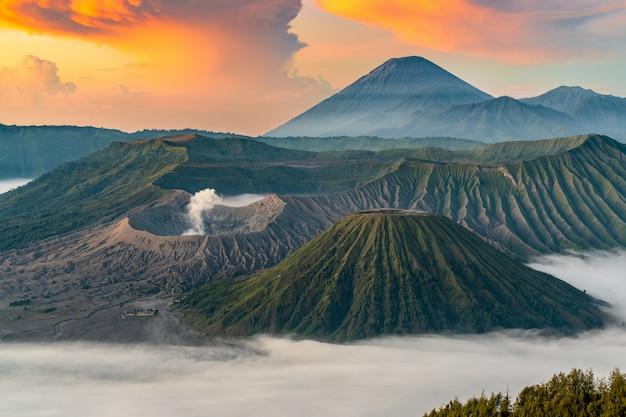 霧と日の出の火山