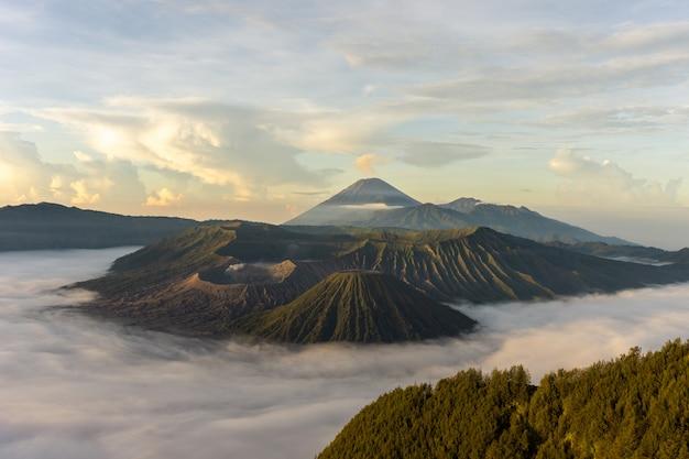 日の出の火山の風景
