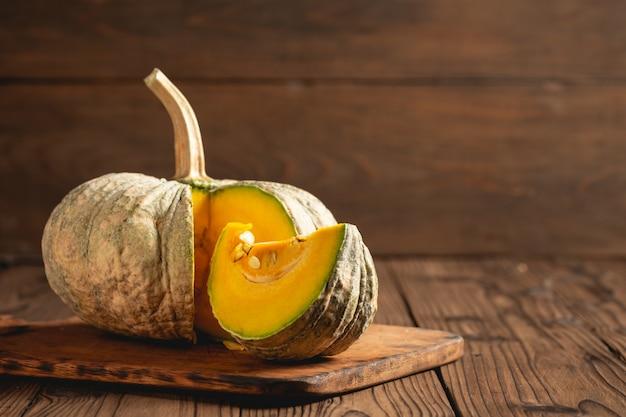 木製のテーブルに秋のカボチャ。