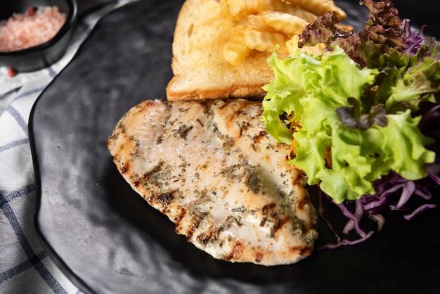 Жареная рыба с салатом