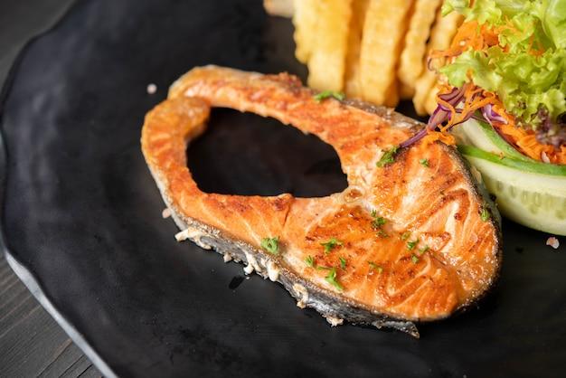 Лосось на гриле с картофелем фри и салатом