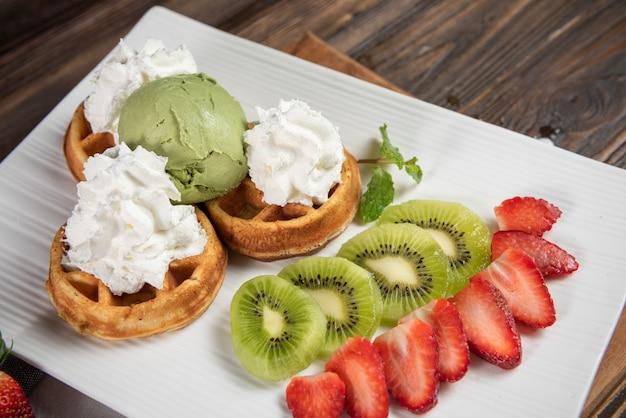 アイスクリーム、ホイップクリーム、フルーツワッフル