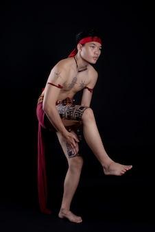 伝統的なダンスをしている若いタイ人