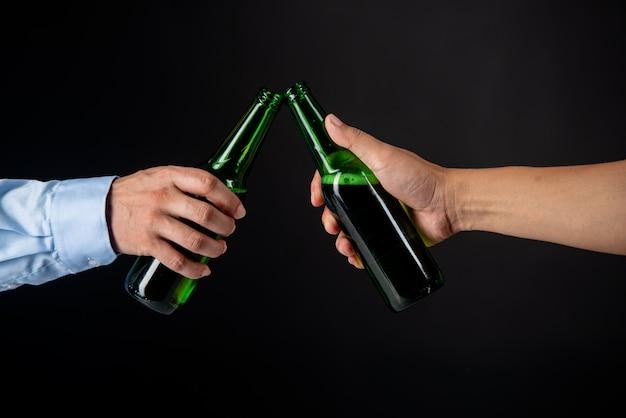 ビールのボトルをチリンと友人