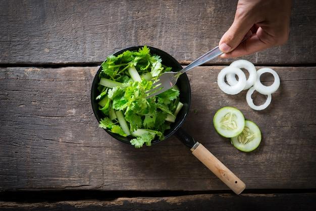 新鮮なシロラのサラダ、キュウリサラダのコリアンダー。健康的な食べ物の概念。