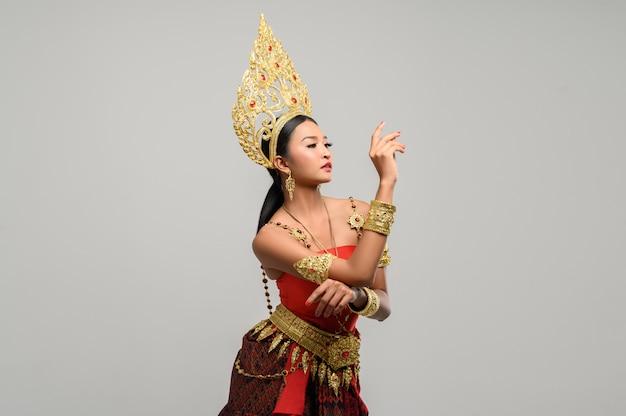 Женщины носят тайскую одежду. правая рука находится на левой руке.