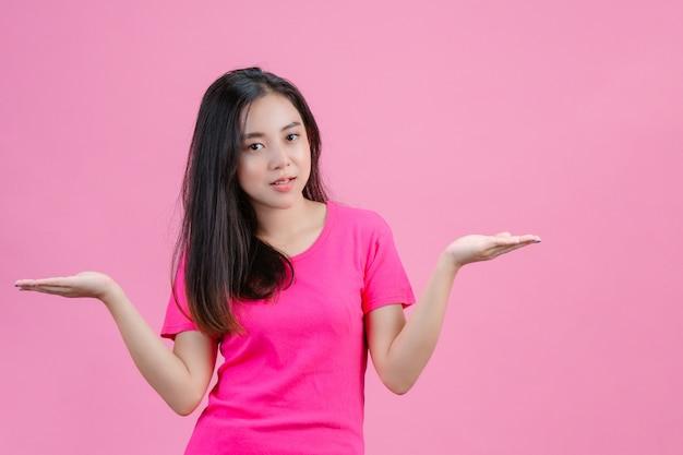 ピンクに両手を着ている白いアジアの女性。