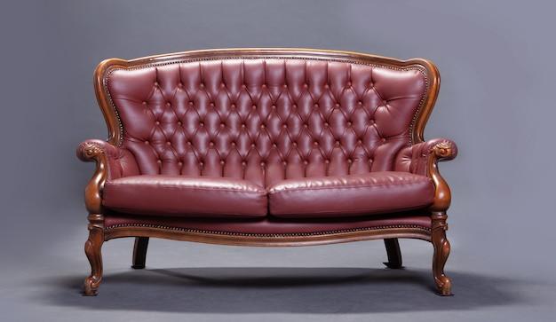Древний красный диван