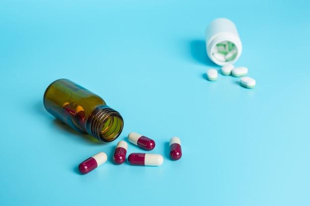 薬、青に置かれた医療用品。