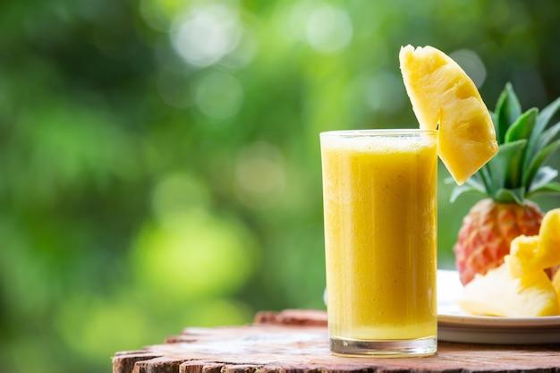 Ананасовый сок с кусочками сырого ананаса