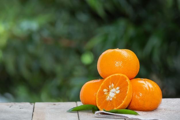 オレンジフルーツの葉を持つ