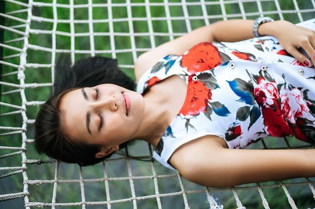 Женщина лежит на веревке