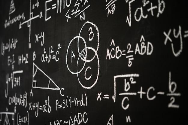 科学式と計算が刻まれた黒板