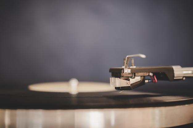 ビンテージビニールとレコードプレーヤーを回転