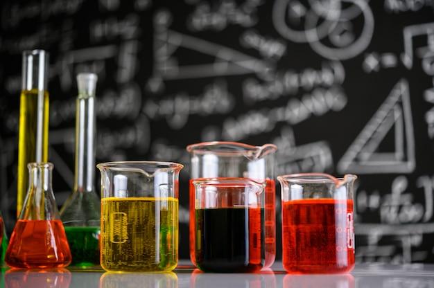 異なる色の液体を含む実験用ガラス器具