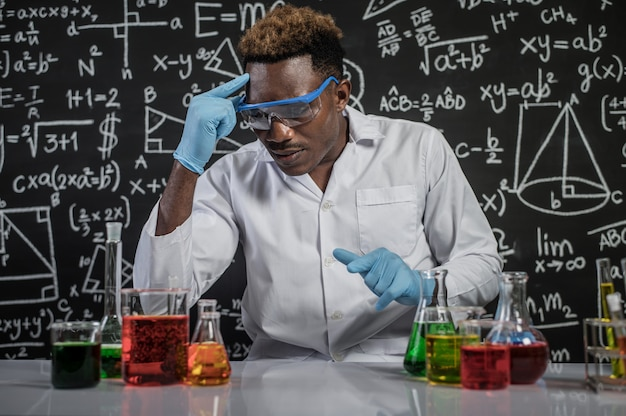 科学者は実験室で化学式のアイデアを使用します