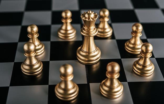 ビジネスメタファーリーダーシップコンセプトのチェスボードゲームでゴールドチェス