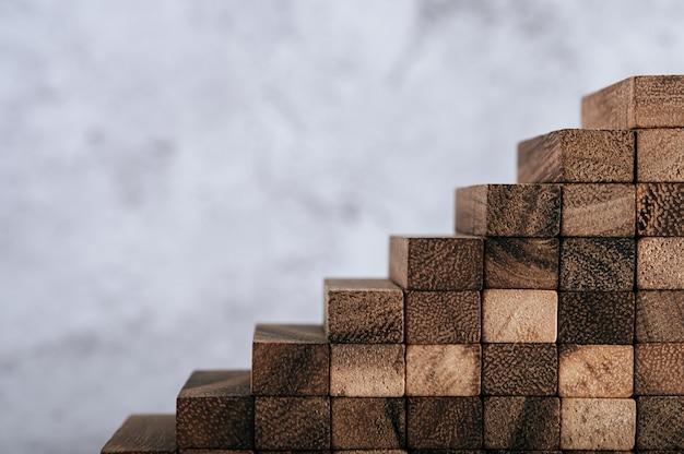 Деревянные блоки, используемые для игр в домино.