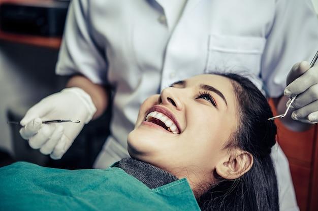 歯科医は患者の歯を治療します。