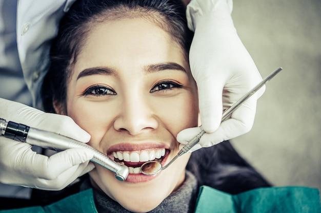 歯科医は患者の歯を調べます。