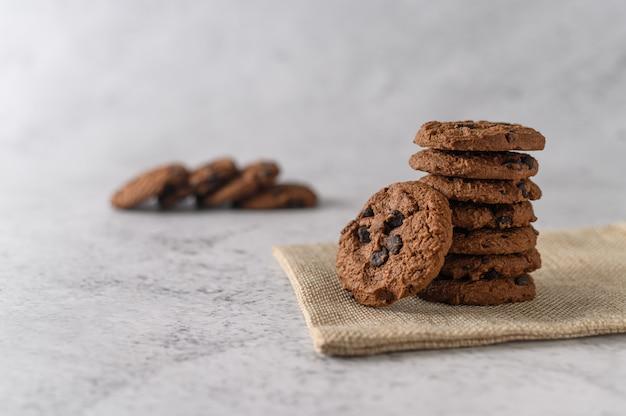 木製のテーブルの上の布の上のクッキーの山