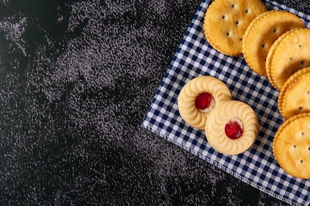 トップビューから取られた生地に置かれたクッキー