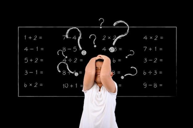 Мальчик не понимал математику.