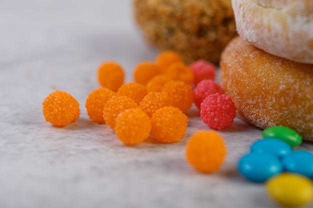 ドーナツを飾るために使用されるトッピング。セレクティブフォーカス
