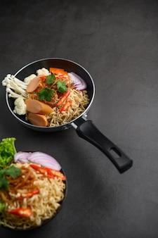 鍋に麺のある静物スタイル。