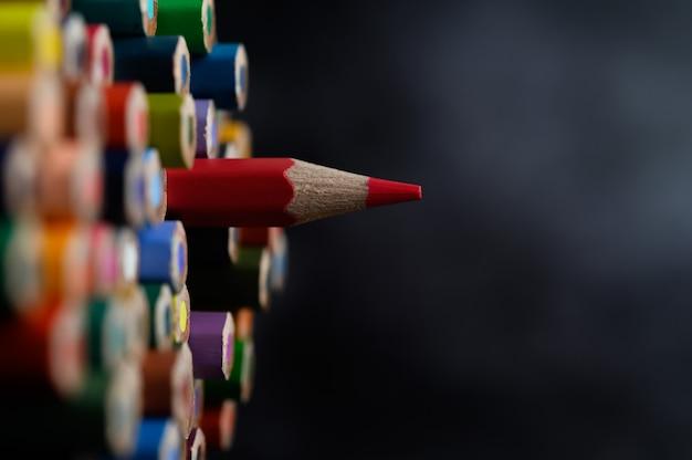 Макрофотография с группой цветных карандашей, выделенный фокус, красный