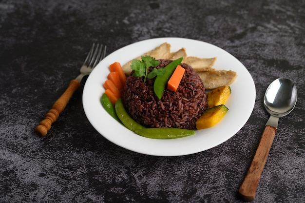 鶏の胸肉のグリルで調理した紫色の米の果実カボチャニンジンの葉ミントの葉と皿、スプーン、フォーク、きれいな食べ物。