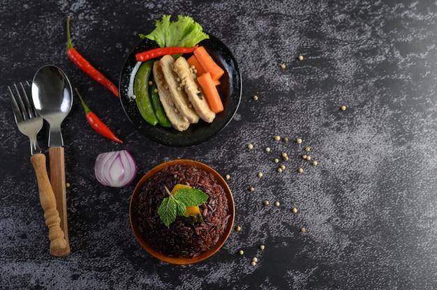 鶏胸肉のグリルで調理した紫色の米の実。かぼちゃ、にんじん、ミントの葉を皿に、きれいな食べ物。