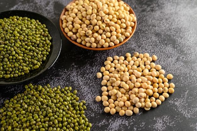 黒いセメントの床に大豆と緑豆。