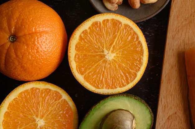 新鮮なオレンジとアボカドのスライスでクローズアップ。