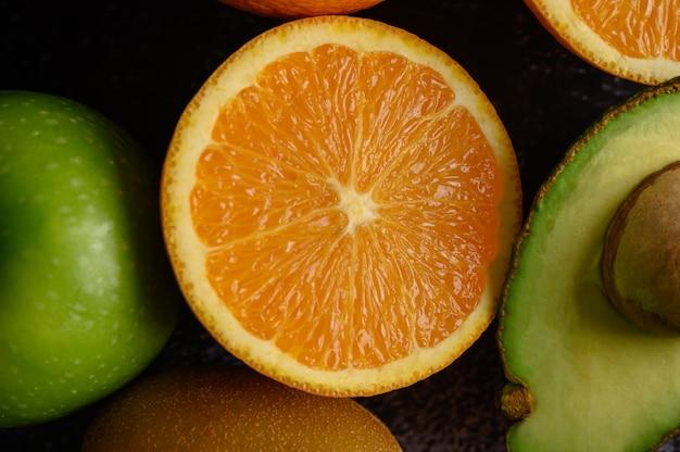 新鮮なオレンジリンゴ、キウイ、アボカドのスライスでクローズアップ。