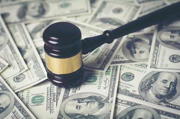 Концепция юридического суда молоток на различные деньги, закрыть.