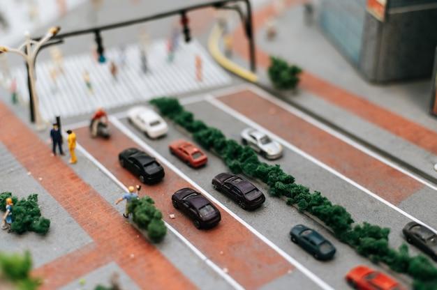 Закройте вверх модели на дороге, концепции маленьких автомобилей движения.