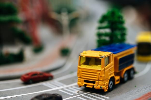 道路、交通概念上の小型車モデルのクローズアップ。