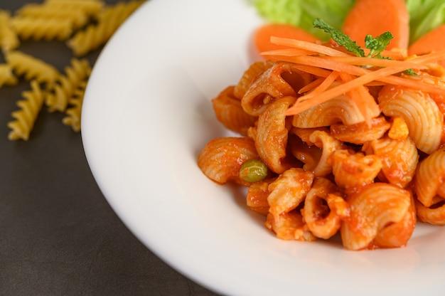 Жареные макароны с томатным соусом и свининой