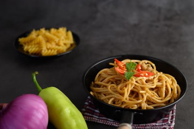 Аппетитная итальянская паста спагетти с томатным соусом