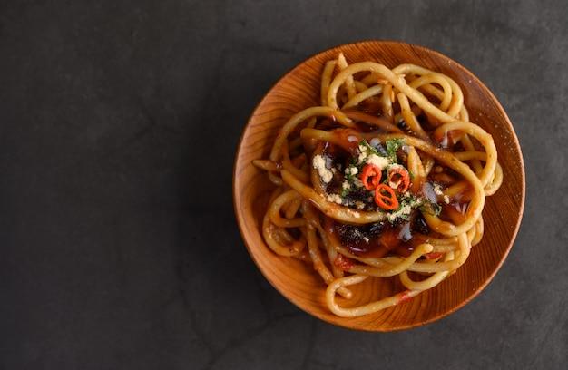 食欲をそそるスパゲッティイタリアパスタトマトソース添え