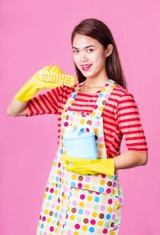 Молодая домохозяйка с уборкой